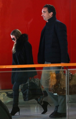 Olsens-Anonymous-Blog-Style-Fashion-Mary-Kate-Olsen-Olivier-Sarkozy-Arrive-In-Paris-Airport-Style-Round-Sunglasses-Fur-Collar-Coat-Denim-1